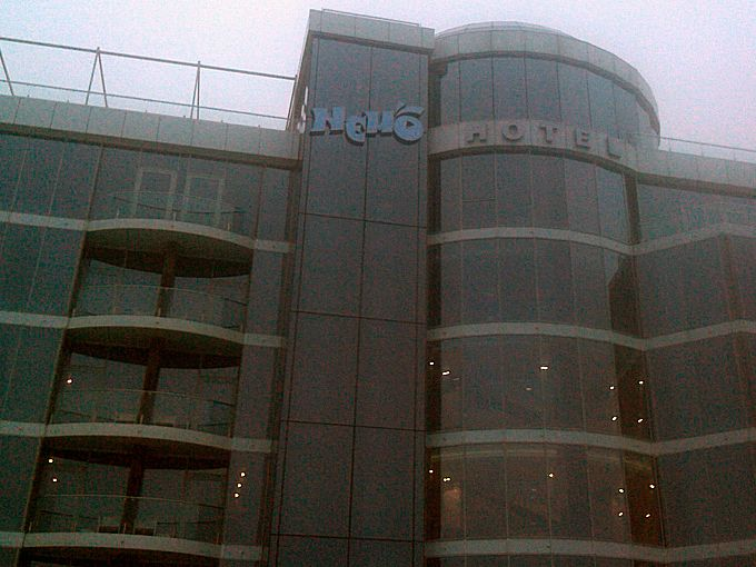 Объемные буквы отеля у моря