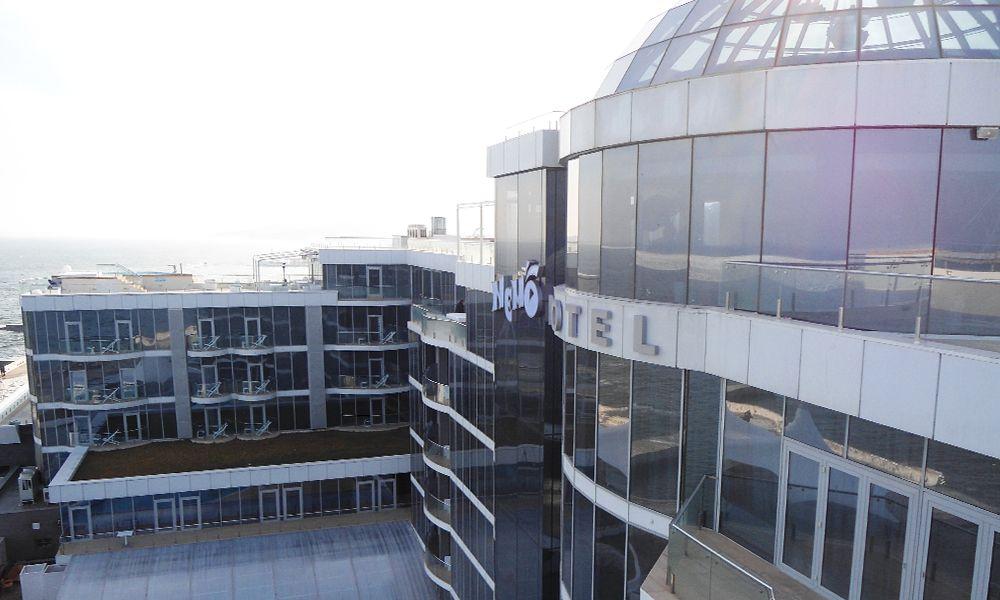 рекламное оформление вывеска на стекле