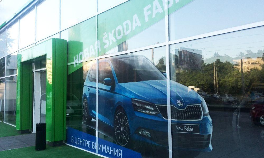 Поклейка пленки в Одессе автосалон Shkoda