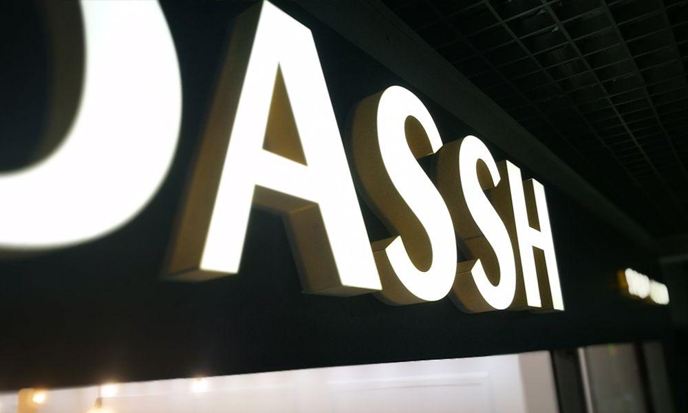Вывеска Dassh в торговом центре