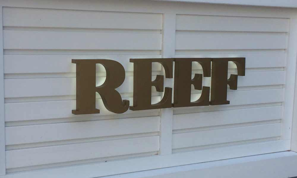 Вывеска на стойке ресепшн Reef