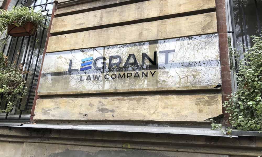 Уличная вывеска ЛеГрант на стеклянной основе