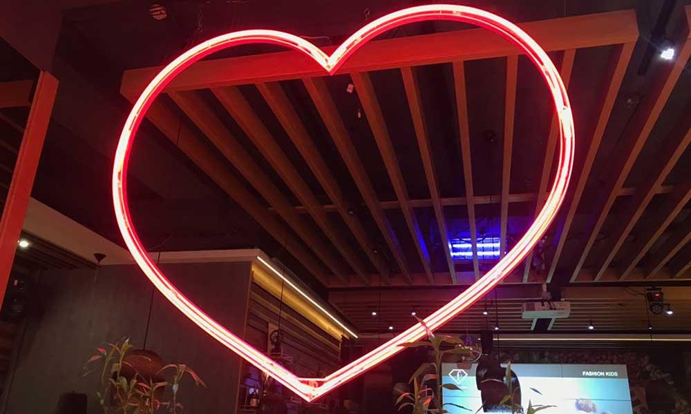 Вывеска в виде сердца с неоновой подсветкой