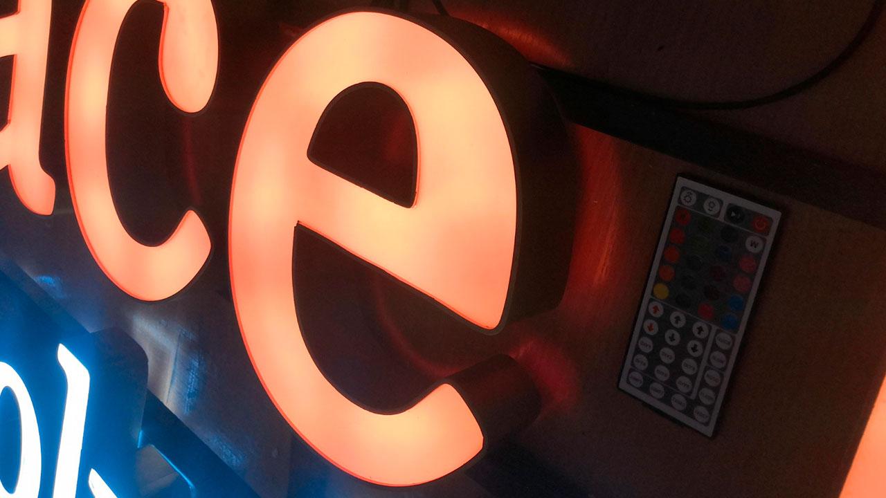 Объёмные буквы с РГБ подсветкой для отеля в Греции