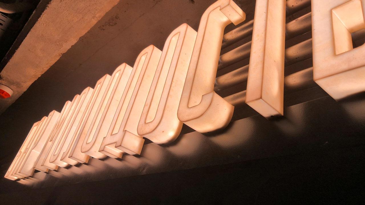 Объёмные буквы со светящимся бортом для кафе Молодость