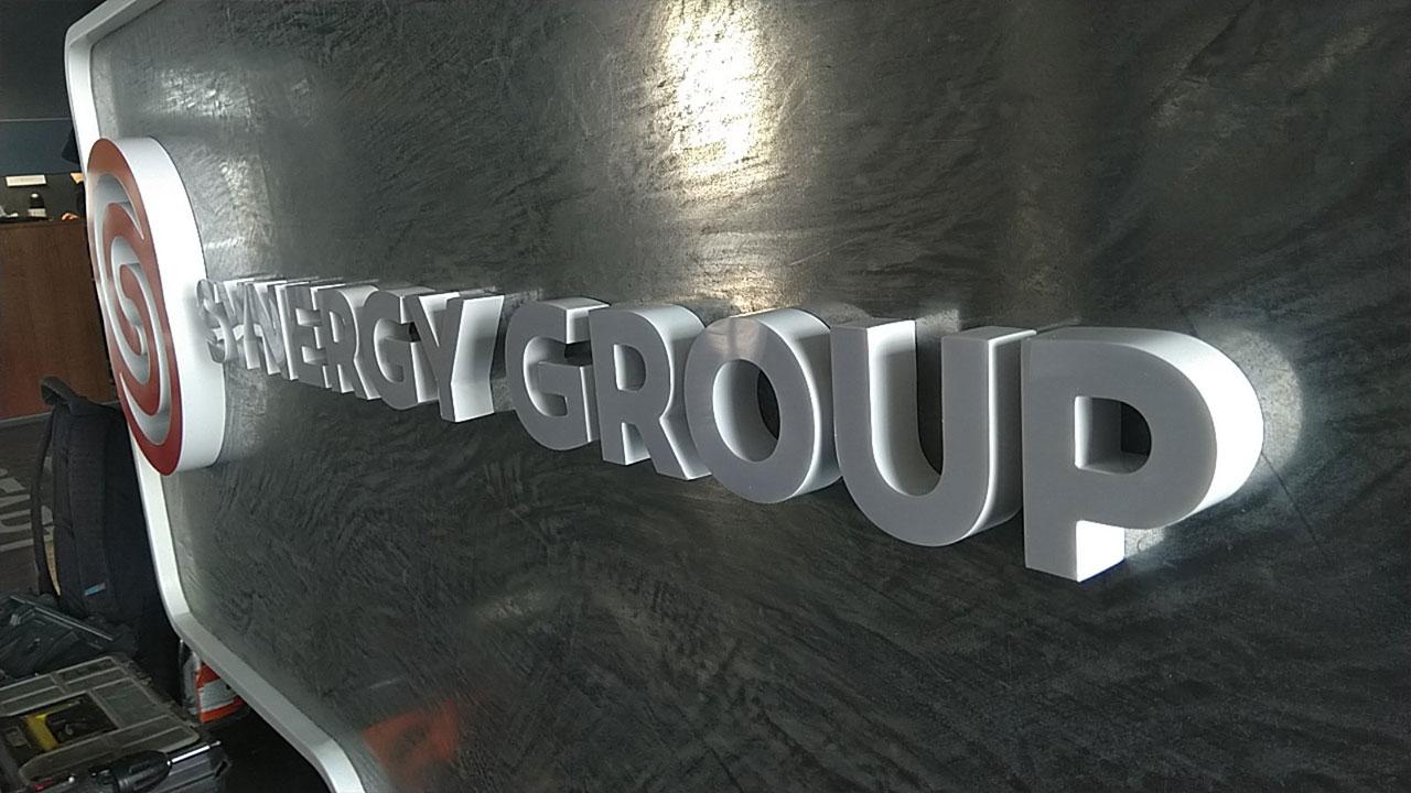 Интерьерная вывеска Synergy group